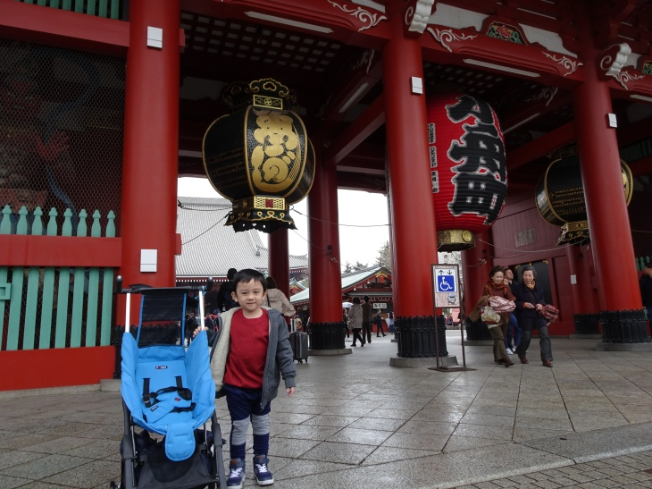 Setelah Nakamise ada gerbang lagi menuju ke dalam kuil
